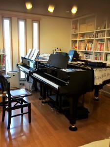 レッスン室のピアノ(2台)